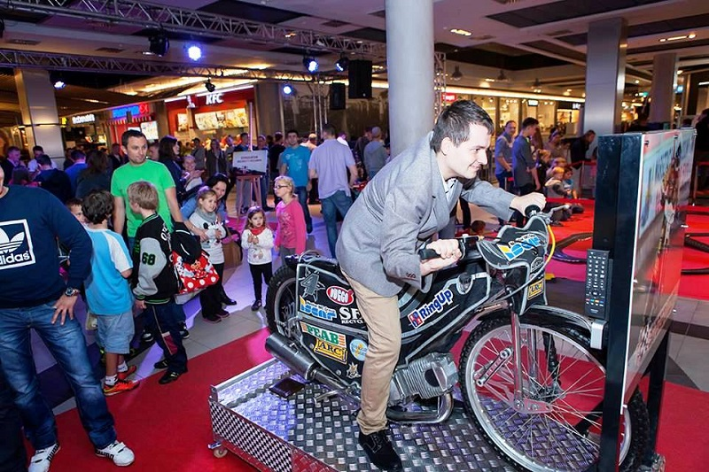 Symulator motocykla żużlowego w galerii handlowej